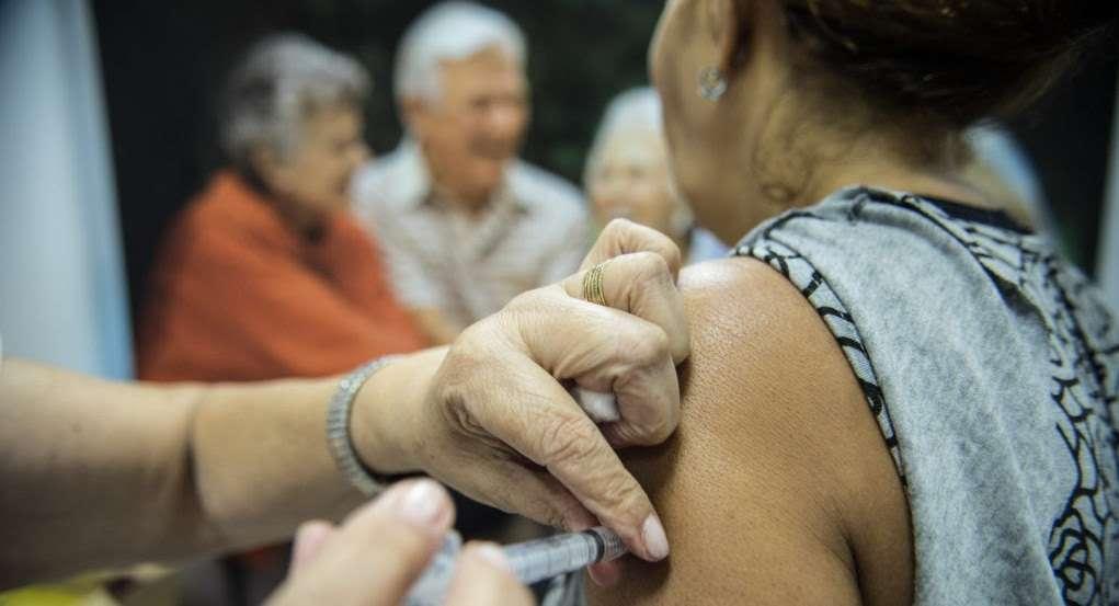 Idosos são vacinados em estação de metrô em Brasília, durante o dia D da Campanha Nacional de Vacinação contra Gripe de 2014. Foto: EBC/Marcelo Camargo