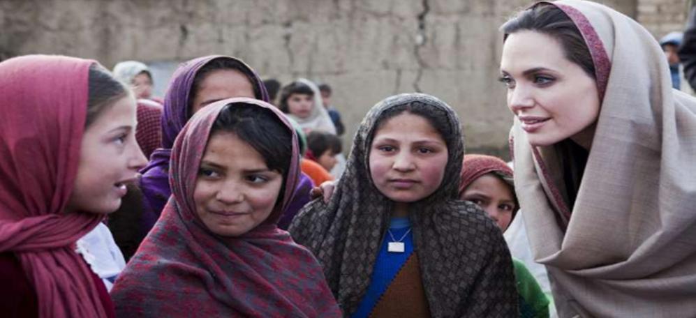 Angelina Jolie em visita a um vilarejo no Afeganistão. Foto: ACNUR/J.Tanner